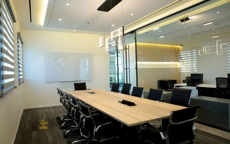 חדר ישיבות שנבנה על ידי קבלן גמר