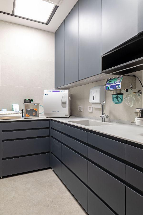 מרפאת שיניים ד״ר אלישע רייכנברג - ארונות בחדר טיפולים - בר ביצוע קבלן עבודות גמר למרפאות